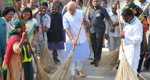 Video : PM Narendra Modi sweeping up rubbish
