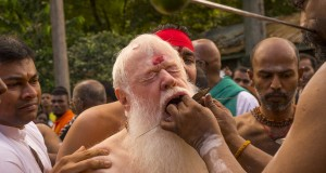Video : Former Australian diplomat gets tounge and cheeks pierced during Thaipusam Festival