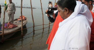 Mata Amritanandamayi to donate Rs 100 crore for Narendra Modi's Ganga Project