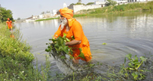 Meet Eco Baba who cleaned 100 miles of river all by himself